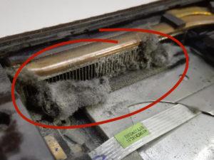 Zakurzony układ chłodzenia w laptopie